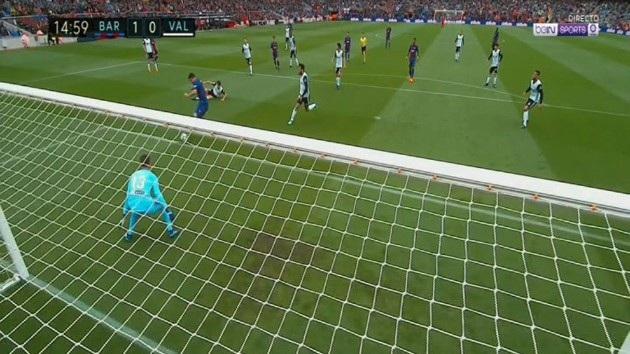 ... đẻ Luis Suarez bình tĩnh hạ Neto, mở tỷ số 1-0 cho Barcelona