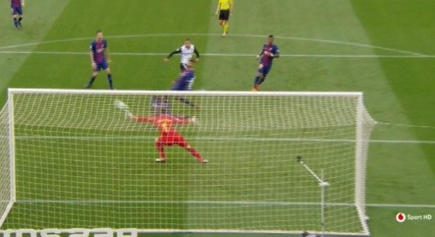 Thủ môn Stegen cứu thua cho Barcelona trong tình huống dứt điểm của Rodrigo