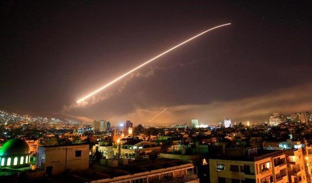 Hình ảnh được cho là tên lửa của Syria trên bầu trời Damascus ngày 14/4 (Ảnh: AP)