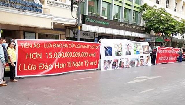 Người dân TPHCM tụ tập trước cổng công ty M.T để phản đối công ty tiền ảo lừa đảo 15 nghìn tỉ của khách hàng (Ảnh: Huy Hùng).