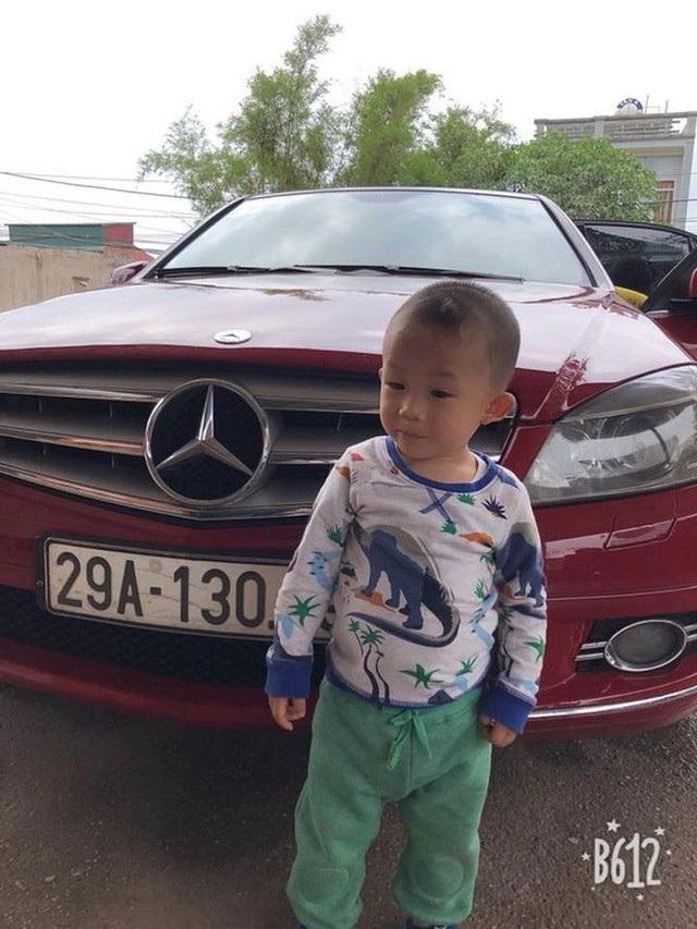 Hiệp Gà khoe mới mua lại xe Mercedes tiền tỷ bằng tiền dành dụm. Bên cạnh chiếc xe là cậu con trai kháu khỉnh của nam diễn viên hài.