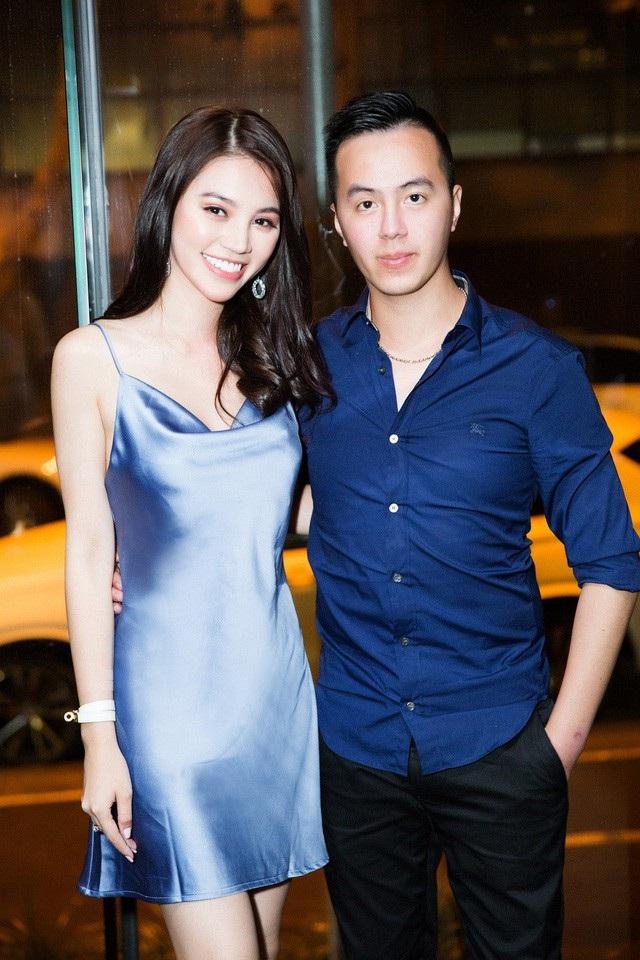 """Tiết lộ hình ảnh bữa tiệc sinh nhật được mẹ và anh trai bí mật tổ chức tại Úc, Jolie Nguyễn cũng lần đầu công khai anh trai của mình. Có thể thấy, anh trai nàng Hoa hậu """"Hội con nhà giàu"""" sở hữu vẻ ngoài vô cùng điển trai, lịch lãm."""