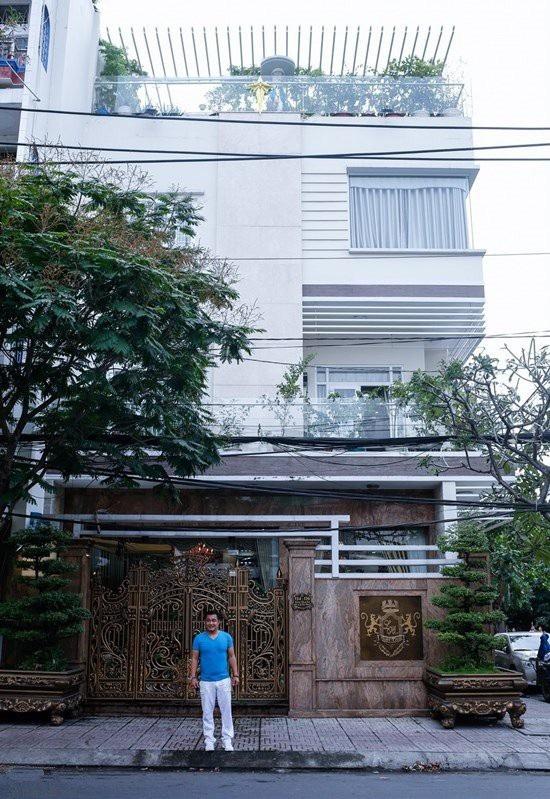 Lý Hùng sở hữu căn biệt thự triệu đô la rộng 700 m2 khiến người xem mãn nhãn. Căn biệt thự của Lý Hùng có phòng ngủ rộng tới 100m2, sử dụng nhiều đồ nội thất đắt tiền.