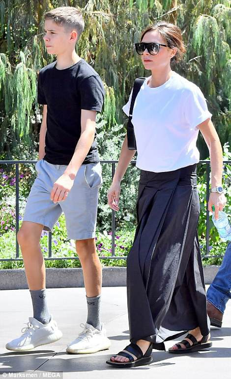 Victoria Beckham cùng chồng con đi chơi tại khu vui chơi Disneyland ở Mỹ dịp cuối tuần