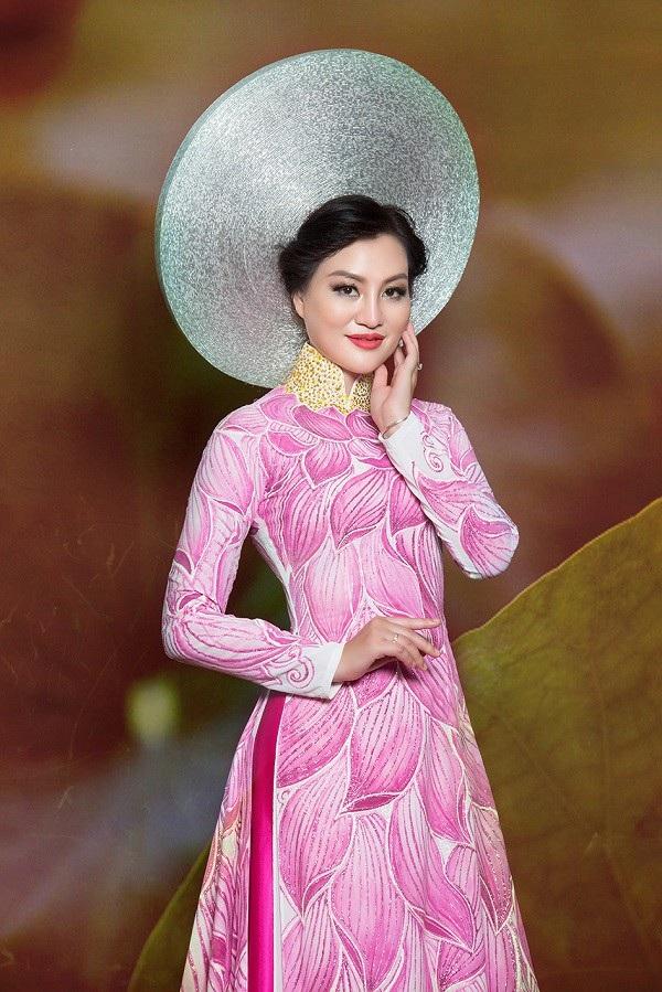 Nữ Hoàng Trần Huyền Nhung lộng lẫy với quốc phục sen hồng của NTK Tuấn Hải - 1