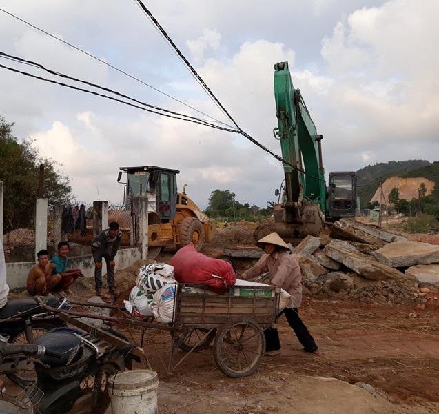 Sau khi phản ứng, doanh nghiệp san lại đường để người dân vận chuyển lúa ngoài đồng về nhà.