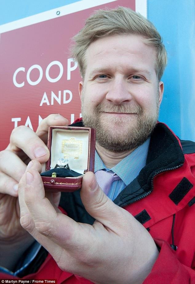 Anh Gareth Wasp, người tiếp nhận thùng đồ quyên tặng của người phụ nữ, đã ngay lập tức để ý tới hai chiếc nhẫn thoạt tiên bị tưởng là nhẫn giả.