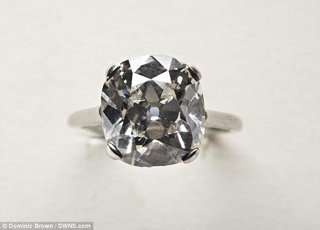 Chiếc nhẫn kim cương và chiếc nhẫn ngọc xanh đã được để trong một thùng đồ cũ do một người phụ nữ mang tới, sau khi cô này dọn dẹp căn nhà của mẹ chồng quá cố.