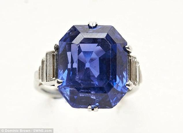 Người phụ nữ những tưởng rằng nhẫn kim cương và nhẫn ngọc xanh đều là đồ giả. Khi biết cả hai chiếc nhẫn đã tìm được chủ mới với mức giá hời, người phụ nữ rất sửng sốt.