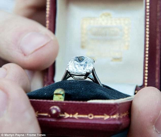 Ngay sau khi được các chuyên gia xác định là kim cương, đá quý thật với chất lượng đá thuộc hàng thượng hạng, những người quan tâm mua nhẫn tăng đột biến.