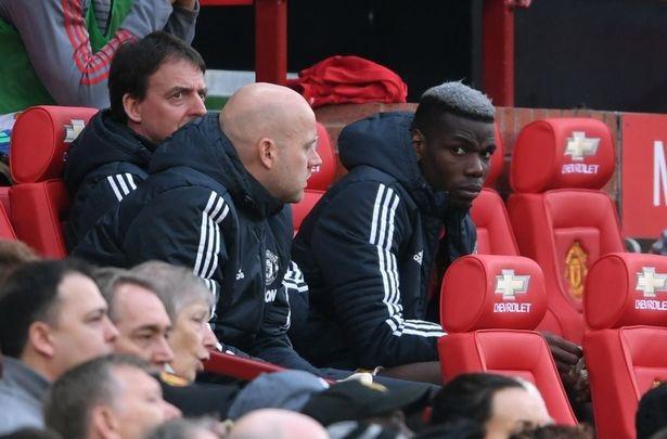 Pobga ngồi buồn bã trên băng ghế dự bị sau khi bị thay ra. Tiền vệ người Pháp đã thi đấu quá tệ và anh phải trả giá cho điều đó