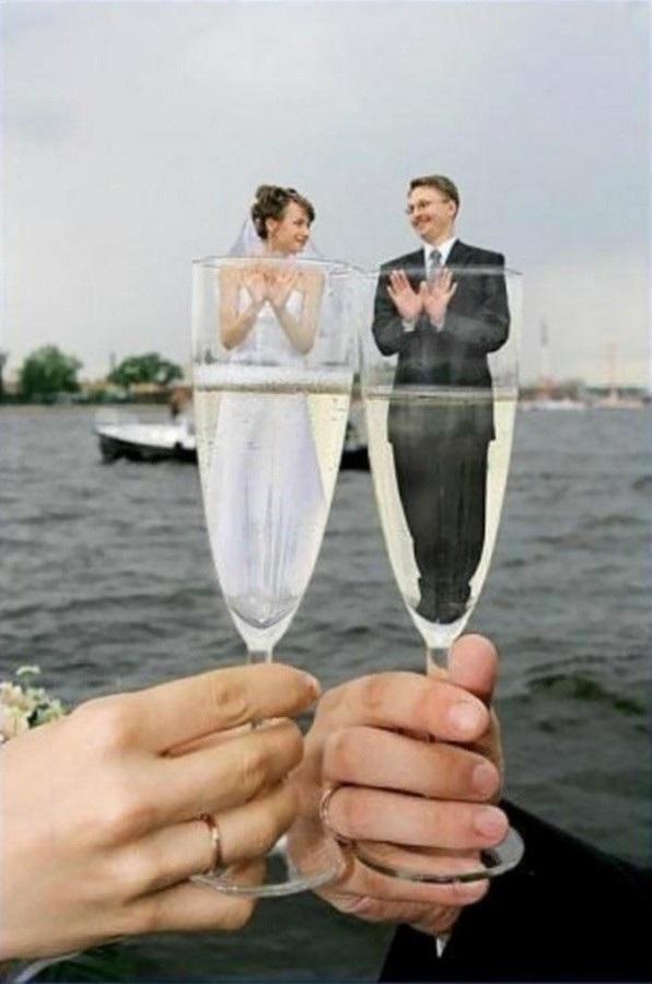 Cặp đôi vẫn hạnh phúc dù bị nhốt trong ly