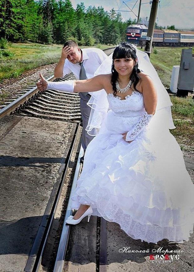 """Cô dâu mặc váy cưới bắt xe lửa rất """"chất chơi"""""""