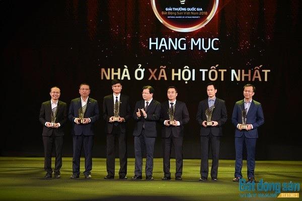 Đại diện Hải Phát Invest, Ông Tạ Phú Cường - Phó TGĐ (thứ 2 từ phải qua) lên nhận giải thưởng hạng mục Nhà ở xã hội tốt nhất.