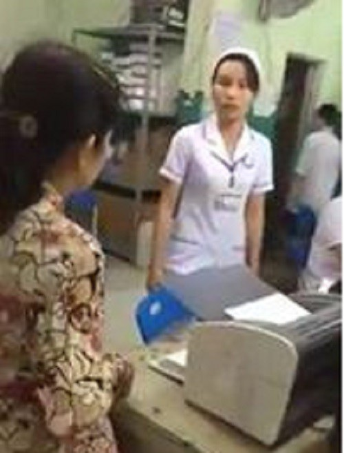 Thân nhân bệnh nhi bức xúc tranh luận với nhân viên bệnh viện