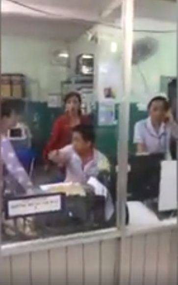 Video kết thúc khi người nhà chờ giấy chuyển viện cho bệnh nhi