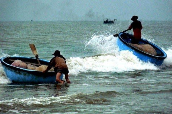 Sóng lớn đánh lật thuyền thúng, 1 người thoát nạn, 1 người mất tích (ảnh minh họa).