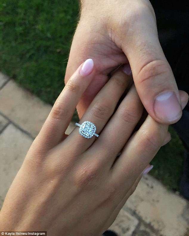 Tobi Pearce tặng bạn gái xinh đẹp một chiếc nhẫn kim cương rất xinh xắn