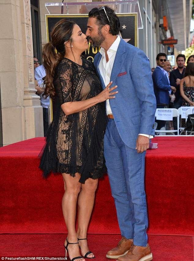 Cô được chồng José Antonio Bastón hộ tống dự sự kiện