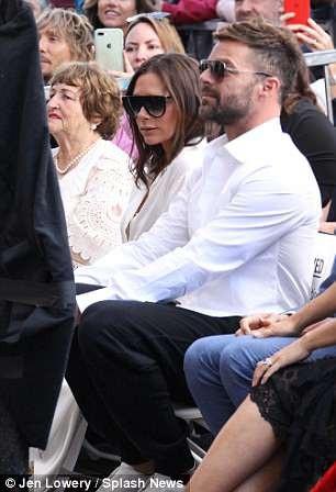 Ca sỹ Ricky Martin cũng có mặt để chúc mừng Eva - người từng xuất hiện trong MV Shake Your Bon Bon của anh
