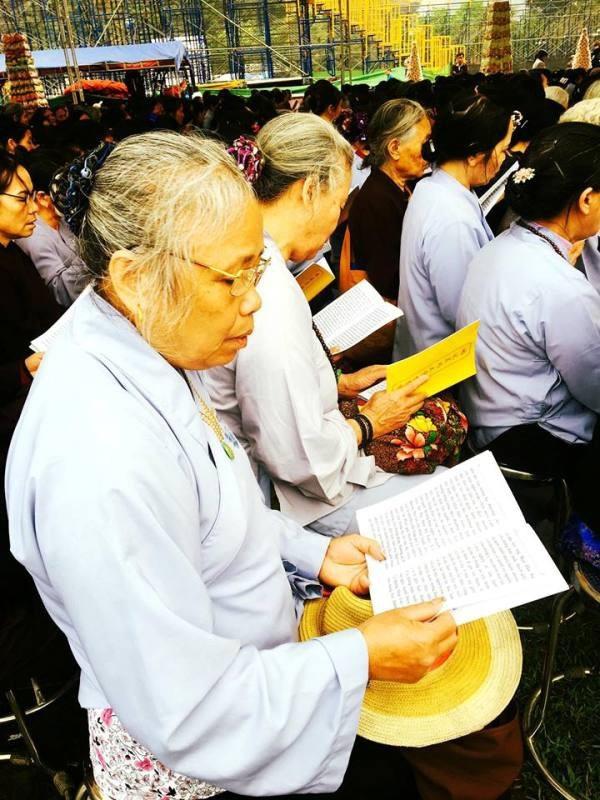 Họ cùng nhau dâng những lời kinh để nguyện xin Đức Phật.