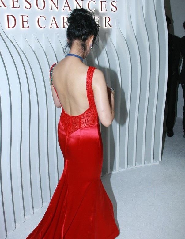 Tấm lưng trần gợi cảm của mỹ nhân 47 tuổi thu hút mọi ánh nhìn. Chu Ân là một trong những diễn viên châu Á vừa có sắc đẹp vừa có tài.