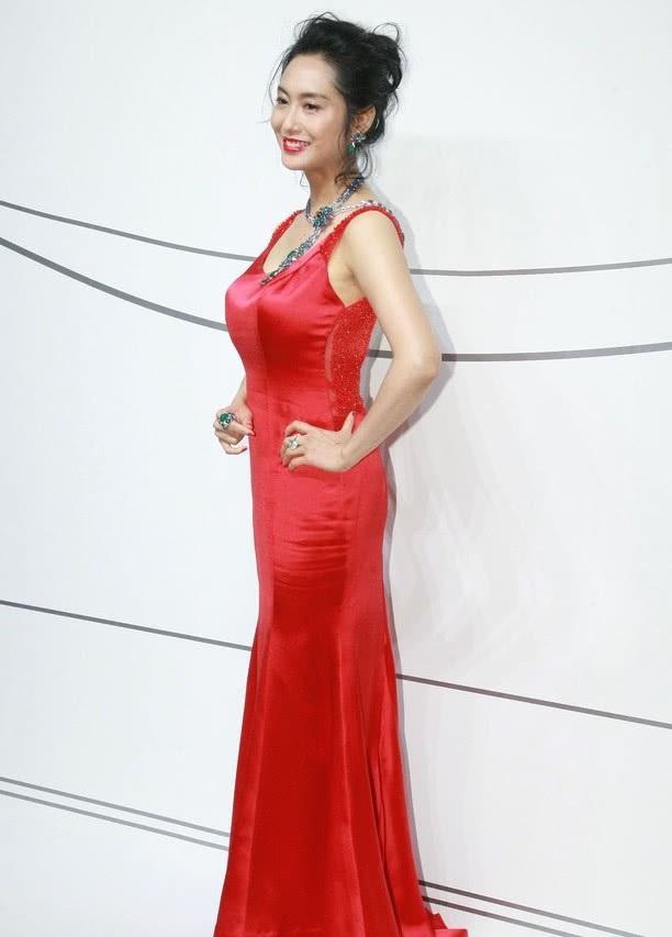 Chu Ân bước chân vào làng giải trí với vai trò người dẫn chương trình của đài TVB, bên cạnh việc theo học diễn xuất tại Học viện nghệ thuật diễn xuất Hong Kong. Sau khi tốt nghiệp, cô có vai diễn điện ảnh đầu tay trong bộ phim hành động hài Học trường Uy Long 2 của Châu Tinh Trì vào năm 1994. Bộ phim cũng bén duyên giữa Chu Ân và Châu Tinh Trì.