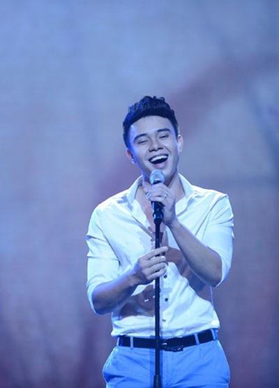 Ca sĩ Đông Hùng hát nhạc đỏ hứa hẹn nhiều bất ngờ.