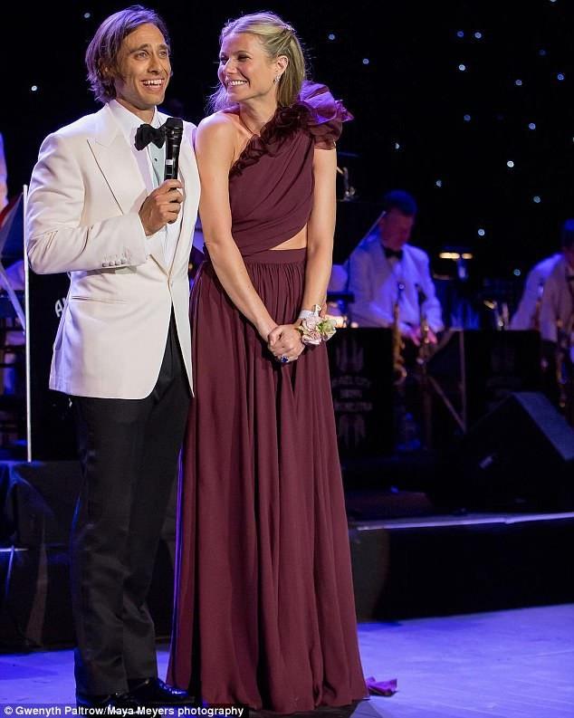 Gwyneth Paltrow và chồng thứ hai - nhà sản xuất Brad Falchuk hạnh phúc trong hôn lễ hồi cuối tuần vừa rồi ở Los Angeles, Mỹ.