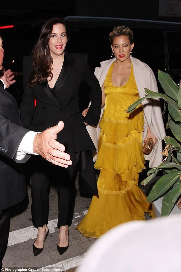 Liv Taylor (trái) và Kate Hudson tới dự đám cưới của Gwyneth Paltrow.