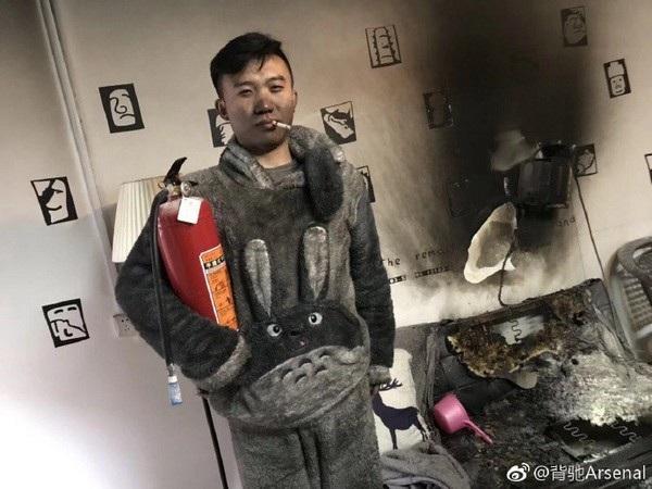 Cặp vợ chồng trẻ vẫn vui vẻ chụp ảnh sau khi ngọn lửa phá hủy nhiều vật dụng trong căn nhà