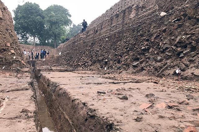 Các di vật được khai quật nằm sâu khoảng 4m dưới đất.