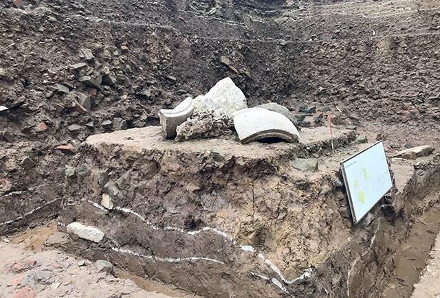Dấu tích cụm đá xuất lộ ở phu vực góc Đông Nam hố khai quật, trên mặt bằng lớp đào 07, xuất lộ trong phạm vi 1,5m2, bao gồm 2 mảnh miệng giếng hình tròn và 3 mảnh thân thành giếng hình lục giác