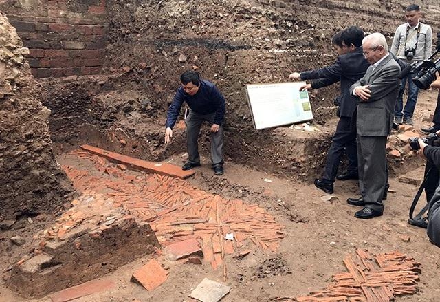 Các nhà khoa học xem xét kỹ các di vật được bóc tách từ lớp đất dưới hố khai quật