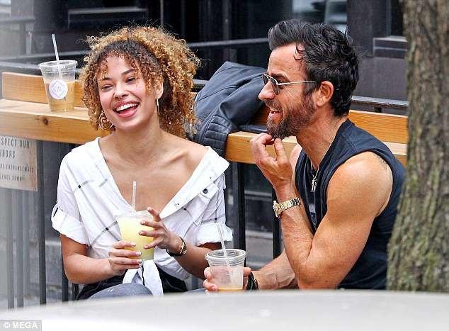 Ngôi sao nổi tiếng cùng đi dạo và thưởng thức đồ uống với cô gái này. Hai người trò chuyện và cười nói thoải mái.