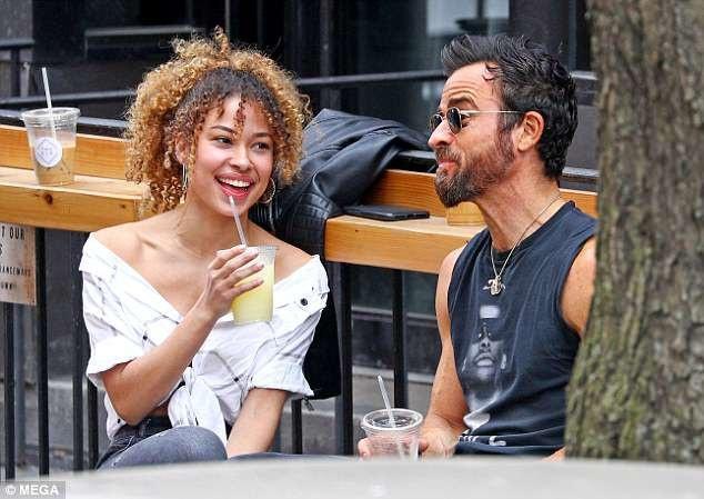 Cuối tuần vừa rồi, Justin bi bắt gặp xuống phố với một cô gái trẻ đẹp tại New York. Nam diễn viên 46 tuổi trẻ trung với quần jeans và áo phông, khoe thân hình sắc chắc và nam tính.