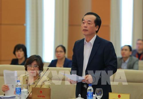 Bộ trưởng Xây dựng Phạm Hồng Hà trình luật trước UB Thường vụ Quốc hội (ảnh: TTXVN)