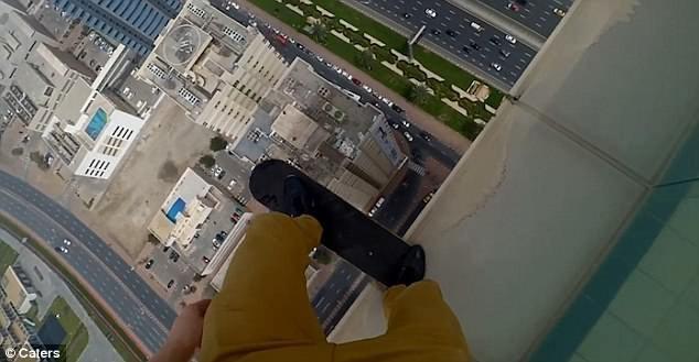 Nikita chênh vênh bên mép nhà cao tầng