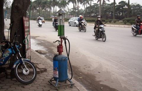 Một điểm bán xăng di động ở vỉa hè chưa được pháp luật cho phép (Ảnh minh họa)