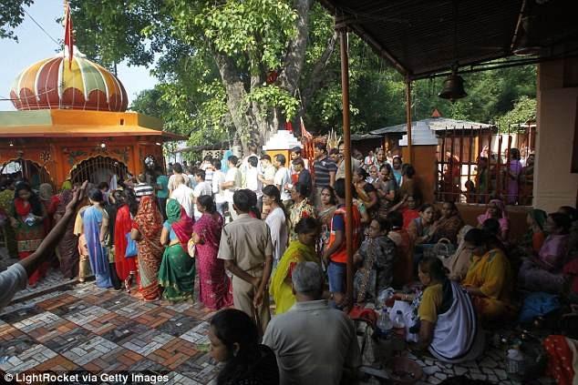 Hiện tại, cả gia đình ông đang tạm trú tại đền thờ Mankameshwa ở gần đó