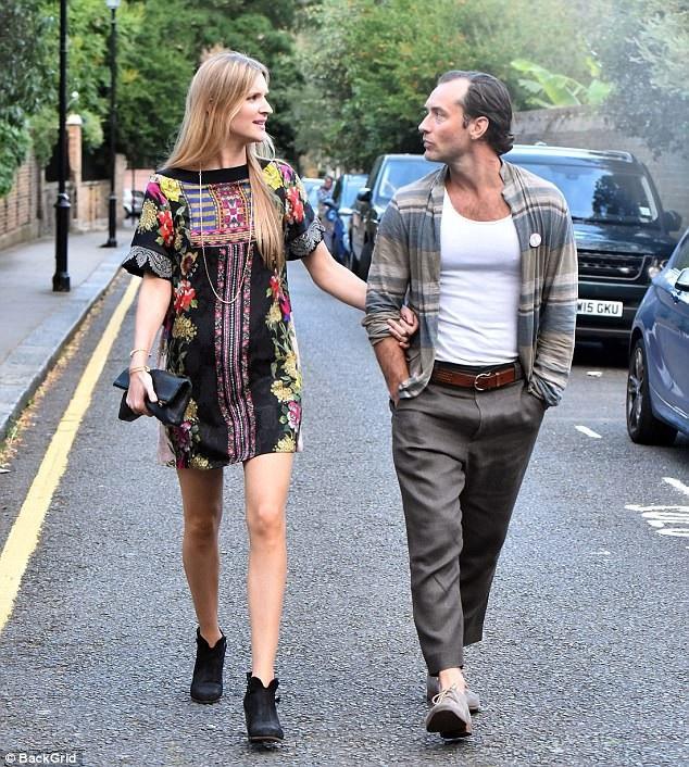 Rồi tài tử người Anh Jude Law cũng vừa kỷ niệm 3 năm gắn bó với bạn gái - cô Phillipa Coan, một chuyên gia tâm lý học trong lĩnh vực kinh doanh, cô đã sở hữu tấm bằng tiến sĩ.