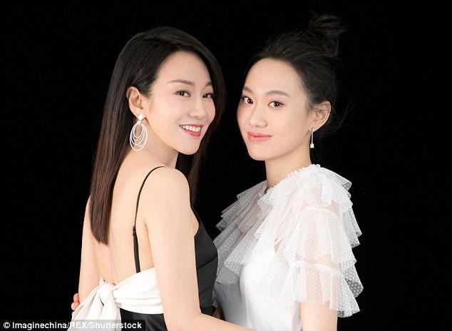 Trong lần xuất hiện tại sự kiện mới đây, nữ diễn viên Diêm Ni (47 tuổi - trái) đã khiến công chúng sửng sốt khi cô đi bên con gái 20 tuổi. Họ trông như thể hai chị em.