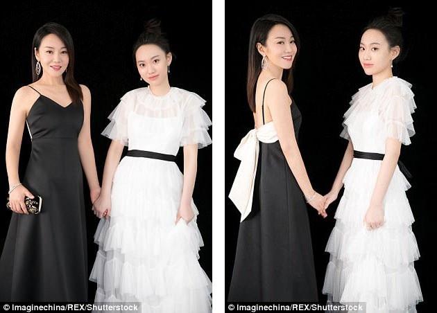 Sự xuất hiện của Diêm Ni bên con gái tại sự kiện mới đây đã khiến công chúng sửng sốt. Dù khoảng cách lứa tuổi là 27 năm, nhưng trông họ như thể… chị em.