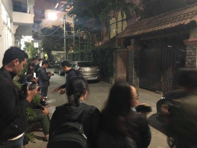 Người dân và phóng viên báo, đài theo dõi thông tin ở khu vực nhà riêng của ông Trần Văn Minh tối 17/4