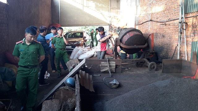 Lực lượng chức năng kiểm tra, phát hiện hàng chục tấn cà phê nhuộm pin chuẩn bị xuất xưởng.
