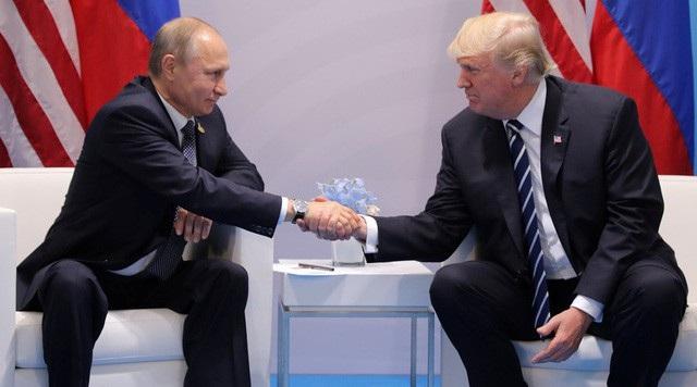 Tổng thống Nga Vladimir Putin bắt tay Tổng thống Mỹ Donald Trump tại Đức hồi tháng 7 năm ngoái. (Ảnh: Reuters)