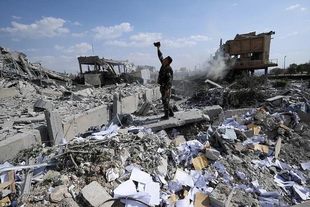 Cảnh tượng đổ nát sau cuộc không kích của liên quân Mỹ, Anh, Pháp tại Syria hôm 14/4 (Ảnh: Reuters)