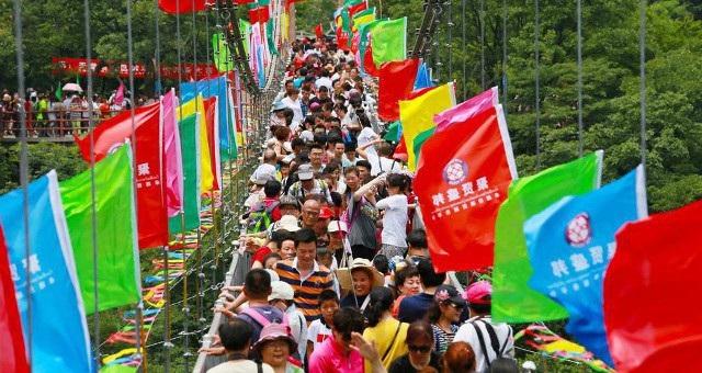Dòng khách chen chúc nhau trên cầu đáy kính ngày mở cửa miễn phí