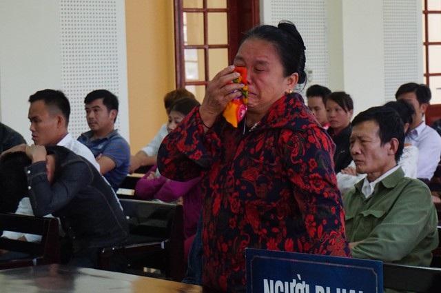 Bà Lô Thị Miện - mẹ nạn nhân Lô Văn Mạnh nhiều lần bật khóc khi nhắc đến người con trai vừa tốt nghiệp đại học đã bị nhóm thanh niên bản đoạt mạng