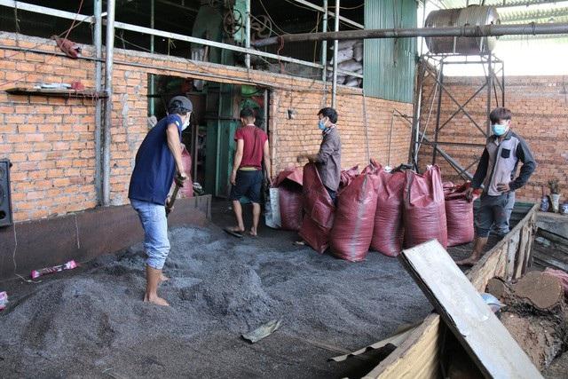 Để tiết kiệm chi phí sản xuất, một cơ sở sản xuất cà phê ở Đắk Nông là trộn pin với vỏ cà phê đưa ra thị trường. Ảnh: Dương Phong